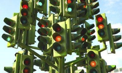 信号のある交差点でどちらも青を主張したら、どのようにして解決するか