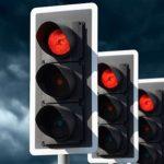 赤信号なのに、人はどうして青だと勘違いして信号無視してしまうのか