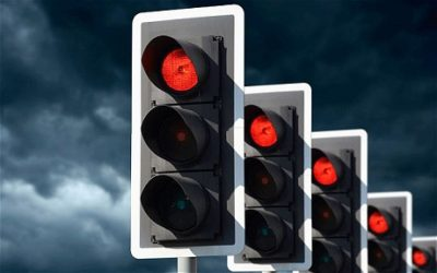 赤信号なのに、人はどうして青だと勘違いしたりうっかりしたりして信号無視してしまうのか