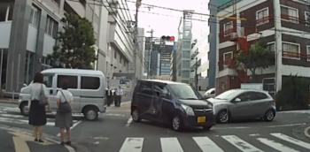 交差点内停止車両と直進車との事故の判例と過失割合